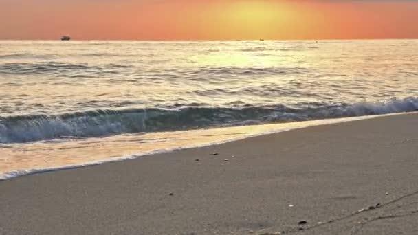 pláž vlna stříkající makro při západu slunce 4k
