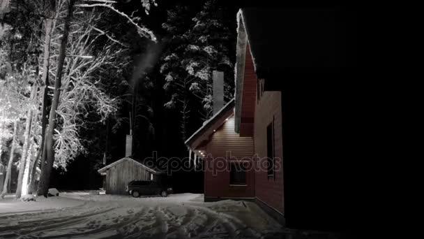 Zeitraffer. Magische kalte Nacht des Winters in Litauen, Gudasiai (Gredaiciai Holz). Haus mit Schornstein Rauchen. 4k