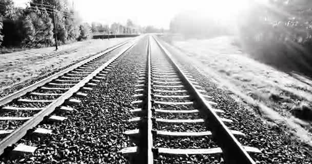 Antény. Fotoaparát letu od železniční tratě na vysoké letní západu slunce na obloze. Černá a bílá