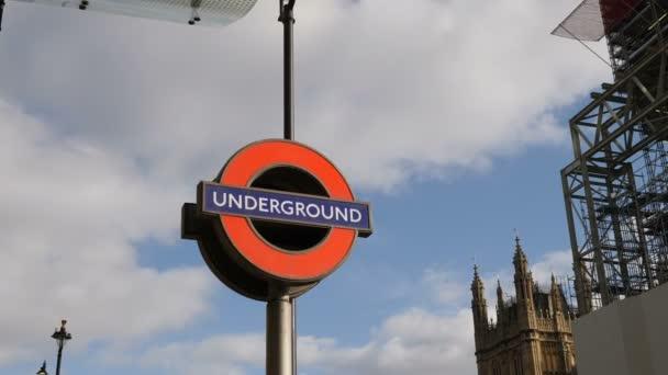 London, Uk - 20. Oktober 2017: Underground anmelden Big Ben und Houses of Parlament Hintergrund bei Erhaltung Sanierung, 4 k.