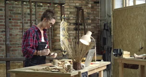 junge hübsche Hipster bemalt ihr rustikales Holzspielzeug
