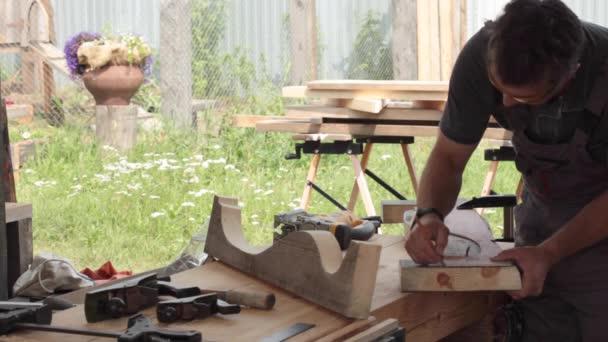 Zpracování dřeva na otevřeném vzduchu truhlářské dílny