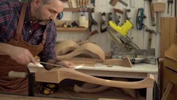 Carpenter leštidla Cabrioli nohu ve své dílně