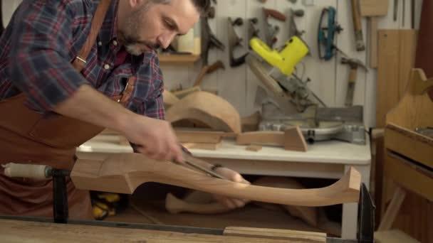 CAB Maker leštidla Cabrioli nohu ve své dílně