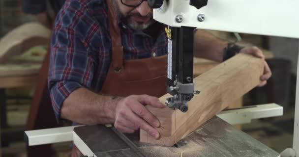 Zralé truhlář vytváří Cabrioli nohu pomocí pásové pily
