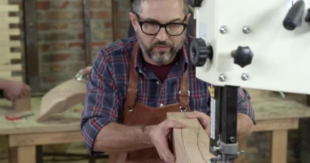 Reifer Möbeltischler schafft mit Bandsäge ein Cabrio-Bein