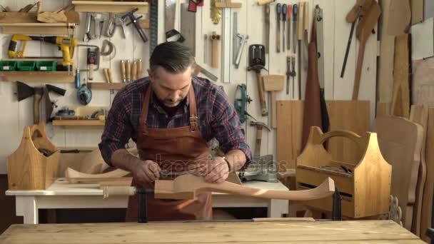 Carpenter dokončí Cabrioli noha/truhlář dělá dotyků nohou kabriolet v jeho dřevěná dílna