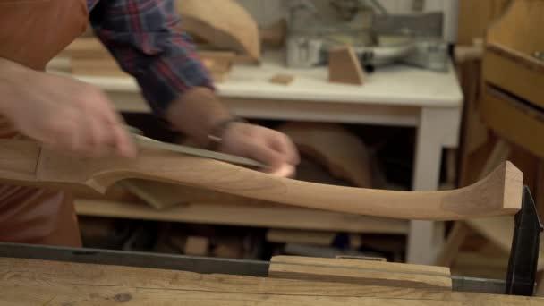 Carpenter leštidla Cabrioli nohy v jeho dílně/kabinet maker leštidla nohy kabriolet s souboru. Pracuje v malé rodinné truhlářské dílny
