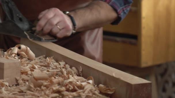 Carpenter letadla masivního dřeva v jeho tvůrce: Workshop/skříňka letadla buk prkno s letadlem. Pracuje v malé rodinné truhlářské dílny. Zpomalený pohyb