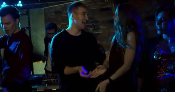 Tánc Nightclub/fiatalok a nightclub tánc. Ők meg, ünnepli a születésnapi party, vagy egy új év