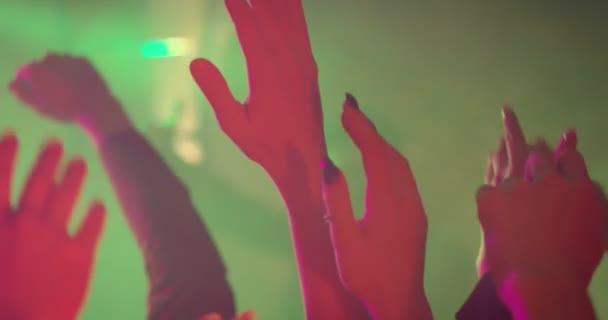 Ruce na večírku v pomalém pohybu/dát ruce do vzduchu! Zábava na párty nebo koncert, festival přátel. Drží se rukou nad jejich hlavami, fandění umělce. Zpomalený záběr