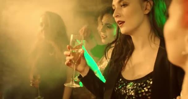 Dívky tančí ve zpomaleném filmu. Dívky párty v nočním klubu. Dívky jsou tance, jsou šťastní. Zastřelen v pomalém pohybu