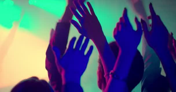 Ruce na večírku ve zpomaleném filmu dát ruce do vzduchu! Zábava na párty nebo koncert, festival přátel. Drží se rukou nad jejich hlavami, fandění umělce. Zpomalený záběr