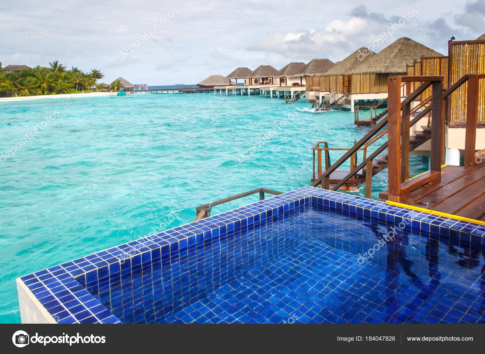 Zwembad Op Balkon : Zwembad op balkon met water villa s achtergrond u stockfoto