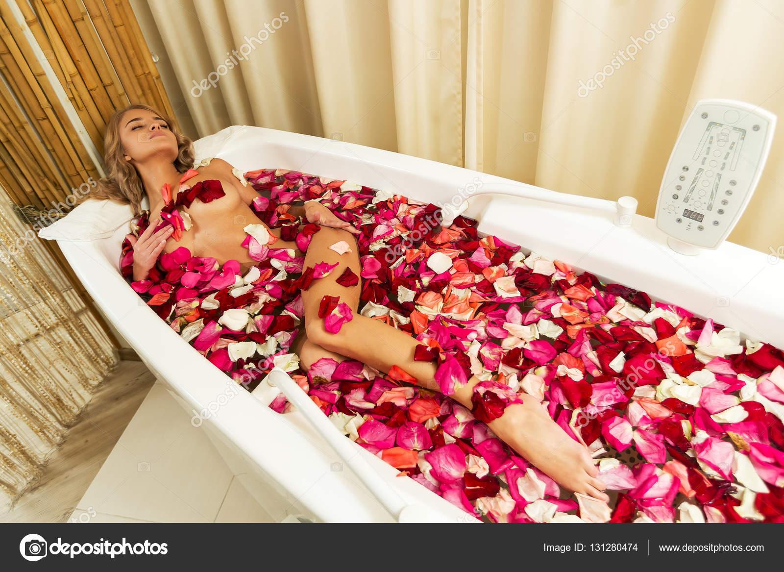 jeune fille belle re oit prenant bain aux p tales de rose. Black Bedroom Furniture Sets. Home Design Ideas