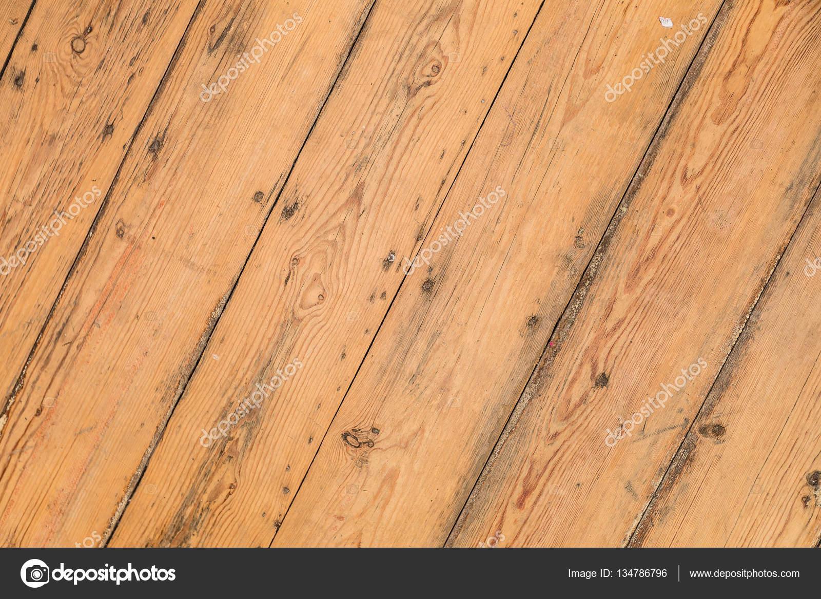 Texture du bois, une planche en bois naturelle avec des feuilles et de la sciure de bois ...