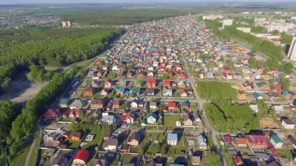 Panoramatický letecký pohled na obytné domy venkově, metrů a předměstských komunit v obytných čtvrtích