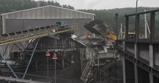 Zpomalené nakládání bagru do těžebního vozu. Bagr nakládá uhlí ve velkých nákladních autech. Nakládka uhlí do třídičky. Nakládání uhelných vozíků zpomaleným bagrem