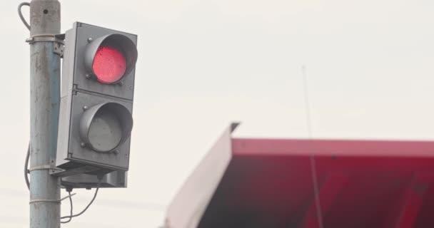 Eine Zeitlupenampel über der Straße regelt die Straße. Nahaufnahme, Ampelschaltung. Verkehrsregeln und Fahrsicherheit. Semaphore auf Metallstange befestigt. Semaphore in der Industrie