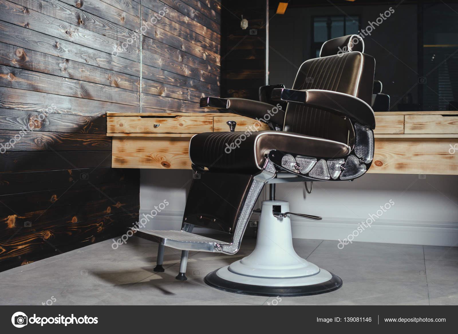 Stilvolle Vintage Barbier Stuhl Stockfoto C Karmaknight