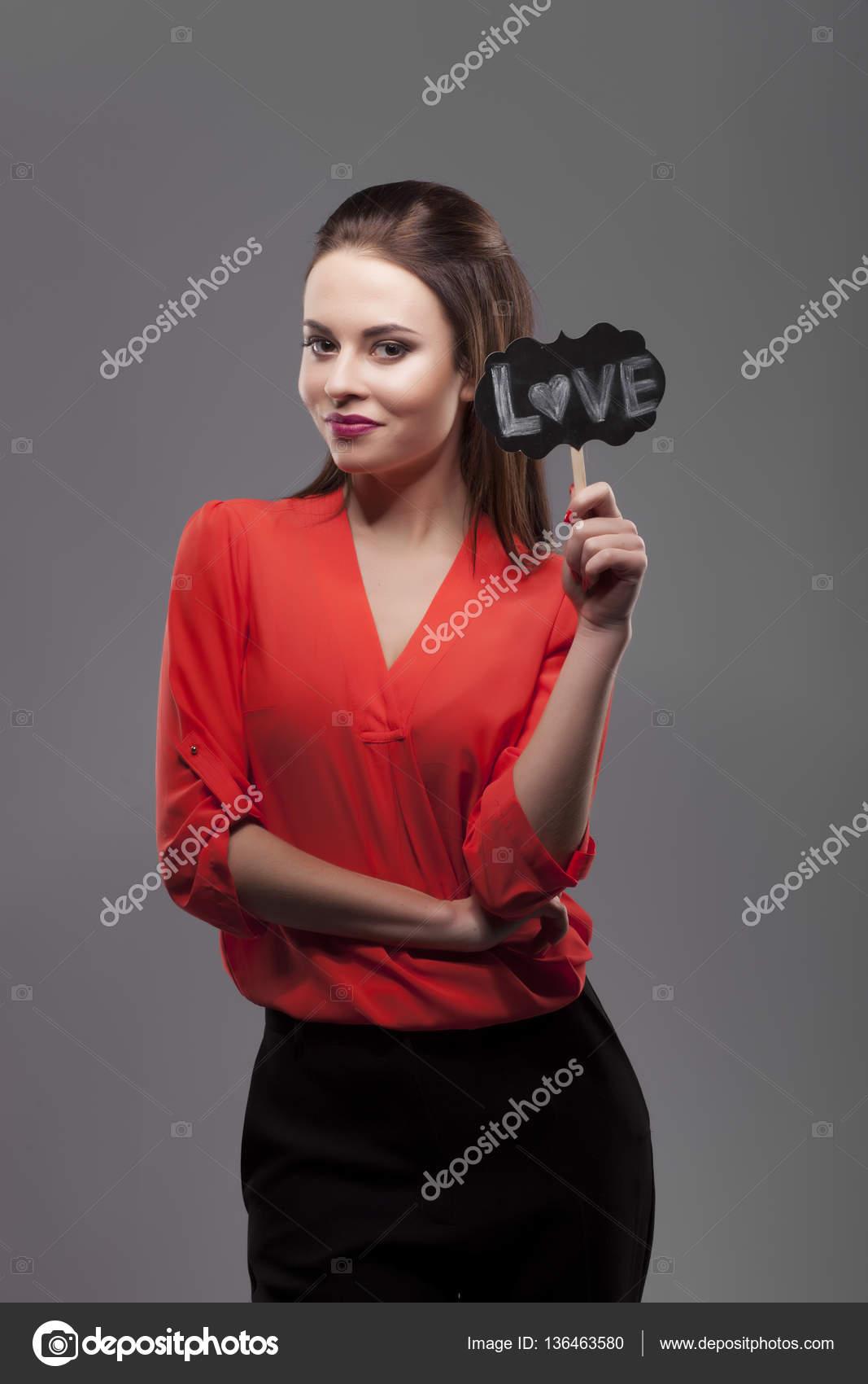 Ziemlich sexy Mode sinnliche Brünette Frau posiert auf grauem ...
