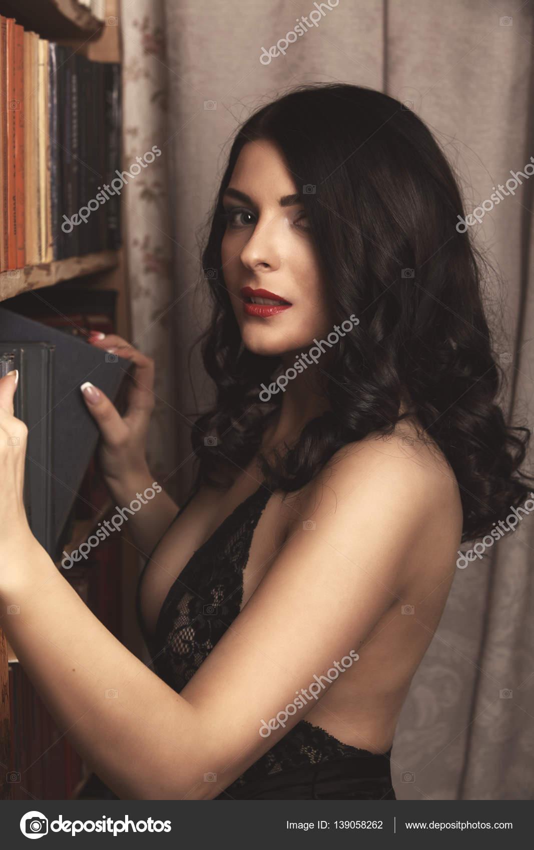 79e340fbeda99 Linda senhora sexy de calcinha preta elegante e meias. Retrato da moda de  modelo dentro