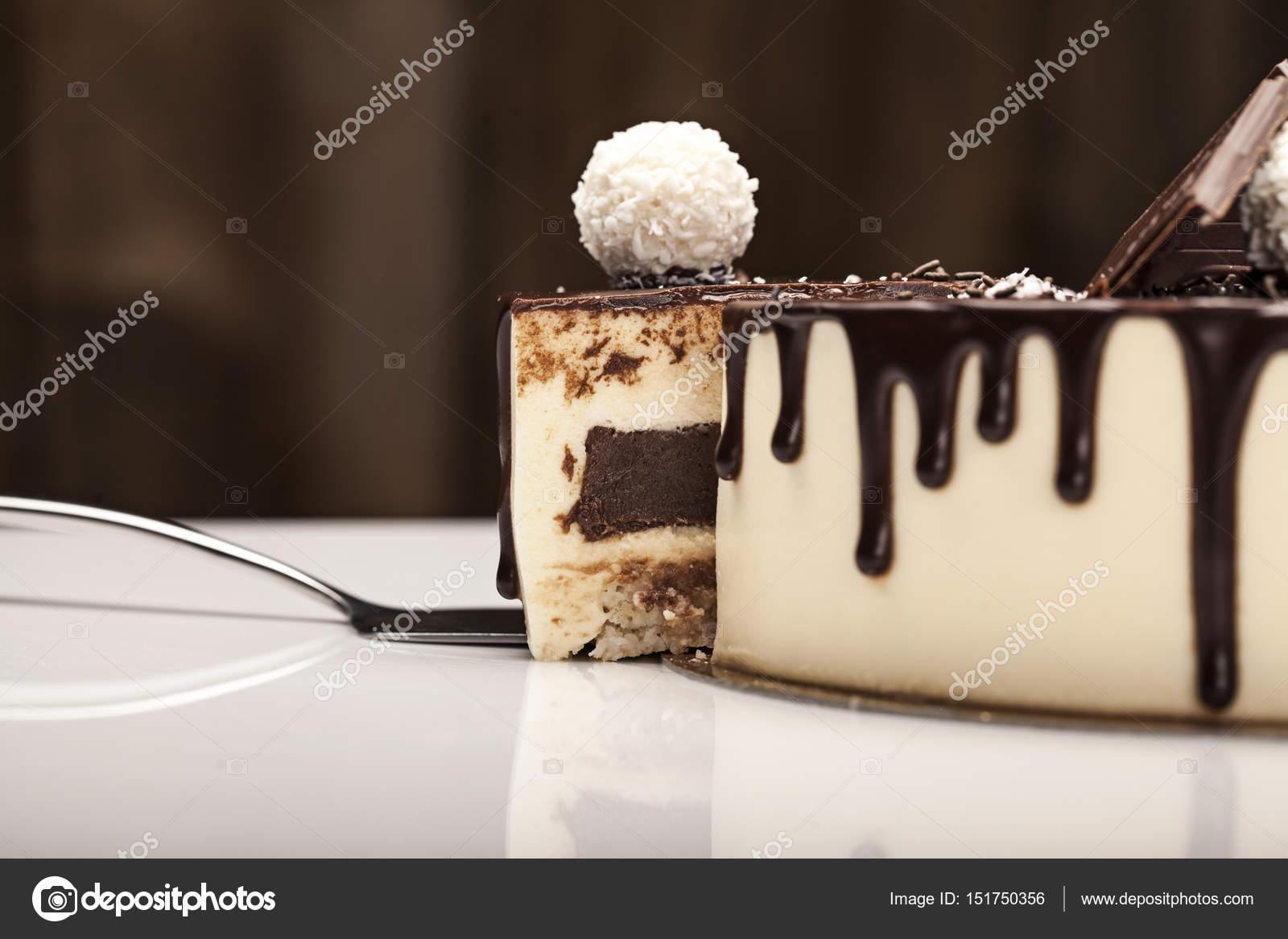 Weissen Kuchen Mit Schokoladenglasur Dekoriert Mit Dunkler