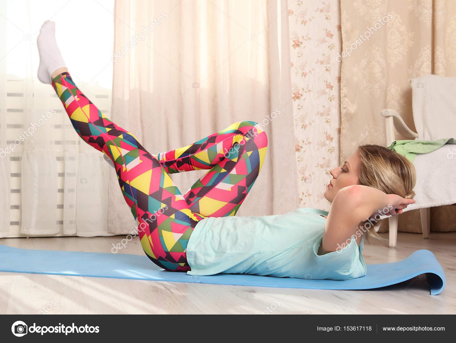 Mulher Atraente Fazer Exerc Cio Fitness Em Casa Em Um Tapete Azul Na  -> Tapete Para Sala De Pilates