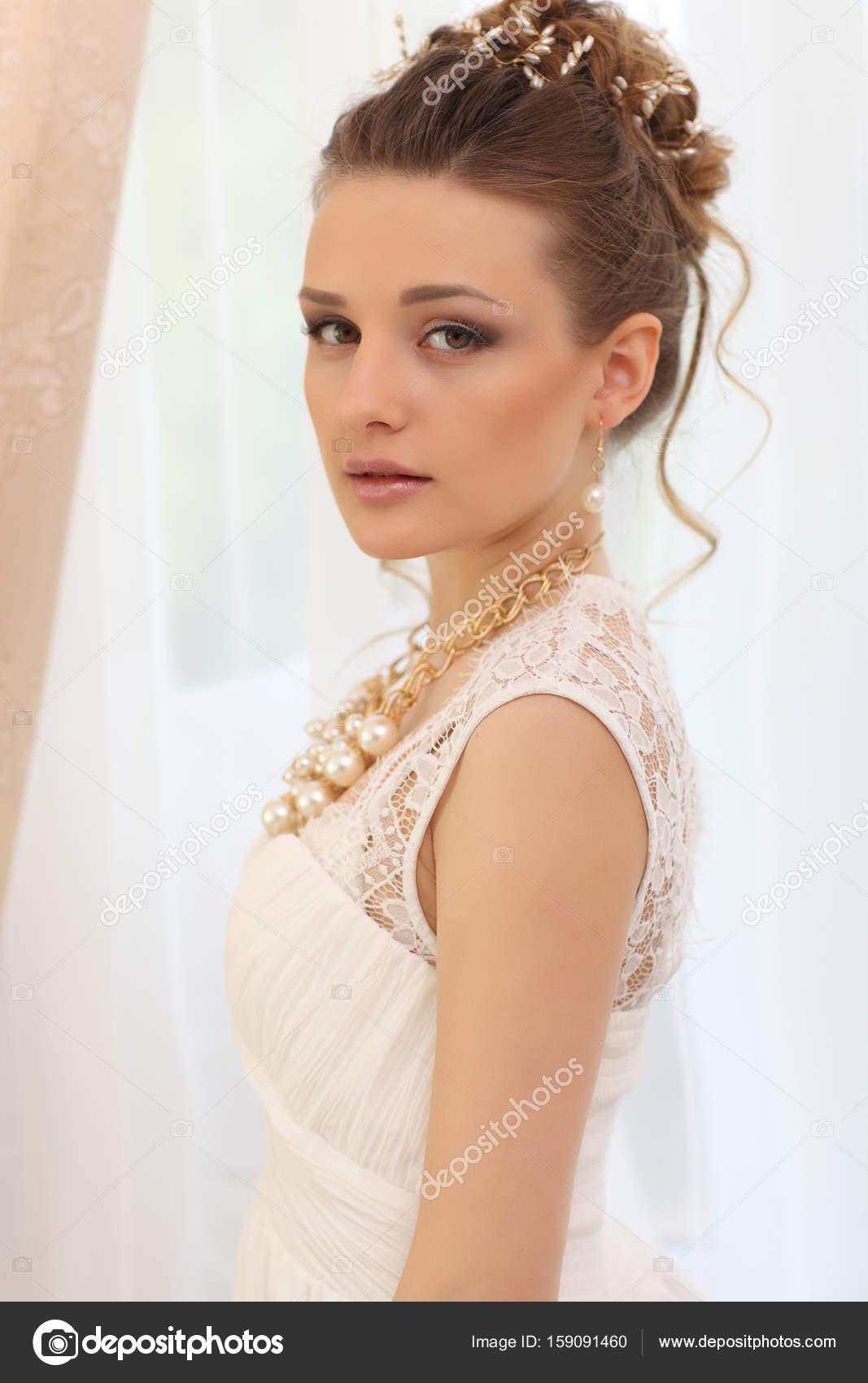 Hochzeit Porträt. Braut im weißen Kleid Stand in der Nähe Fenster ...