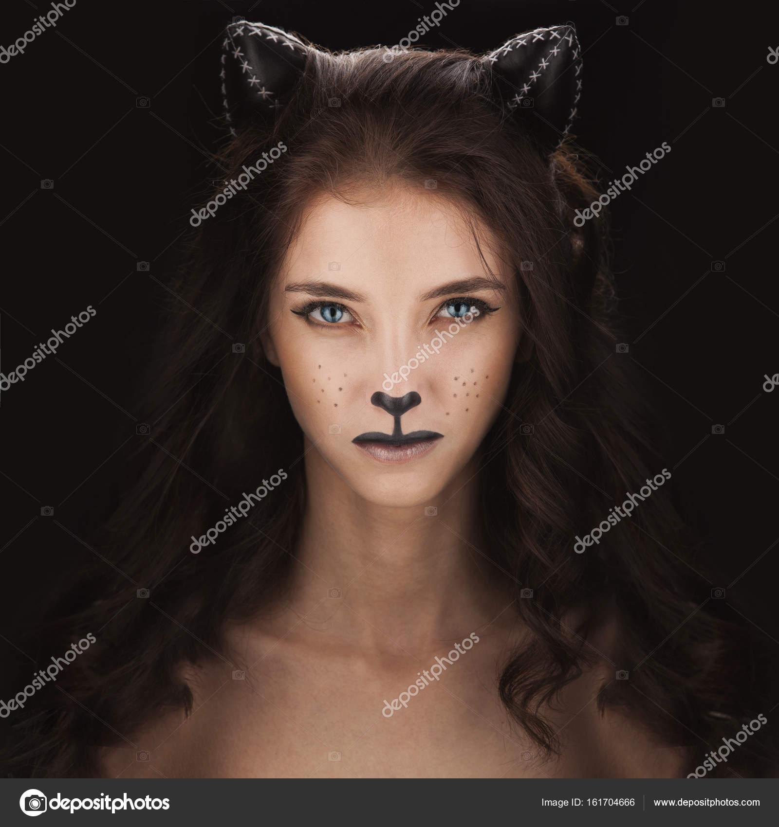 f928c00e3 Sexy catwoman. mujer en ropa interior con maquillaje de gato y orejas —  Foto de