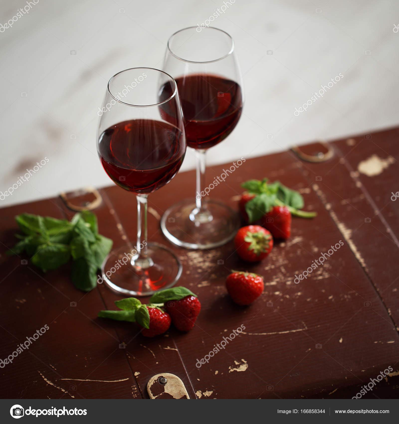 Weingläser Mit Rotwein Mit Erdbeeren Und Minze Dekoriert Stockfoto