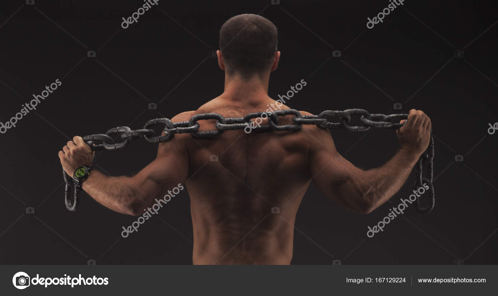 hombre sexy con cadena grande sólo en jeans. Fuerte cuerpo masculino ...