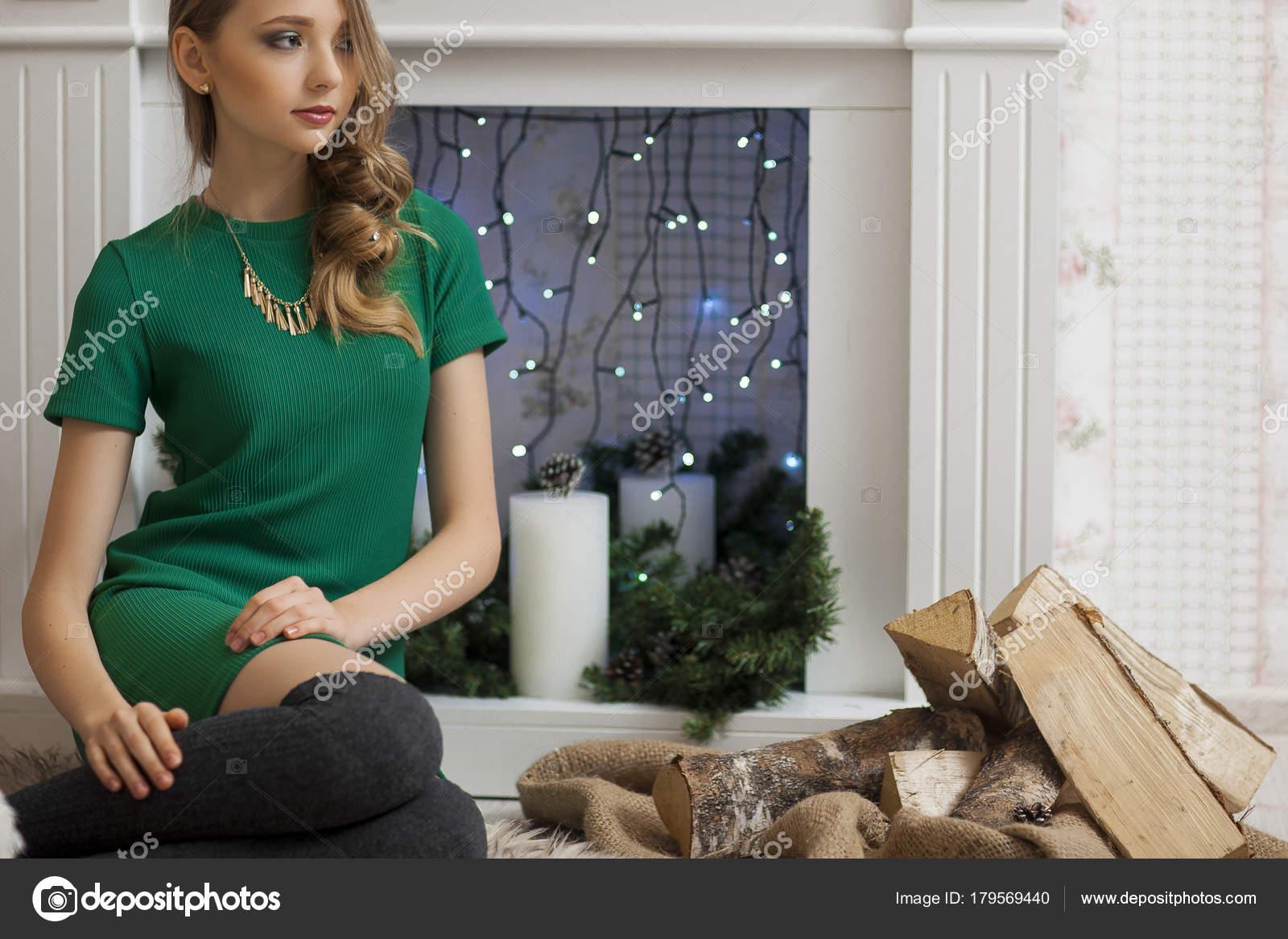 Schöne Mode-Modell grüne Kleid im Studio im Hintergrund mit grün ...