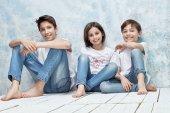 Šťastné děti v džínách.