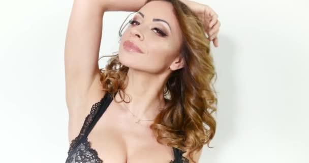 Sexy krásná Kavkazský žena pózuje v spodní prádlo