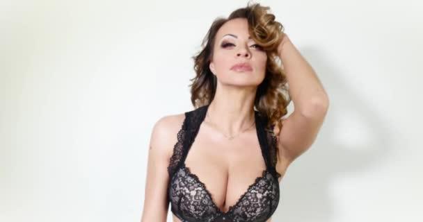 Sexy krásná Kavkazský žena pózuje v spodní prádlo.