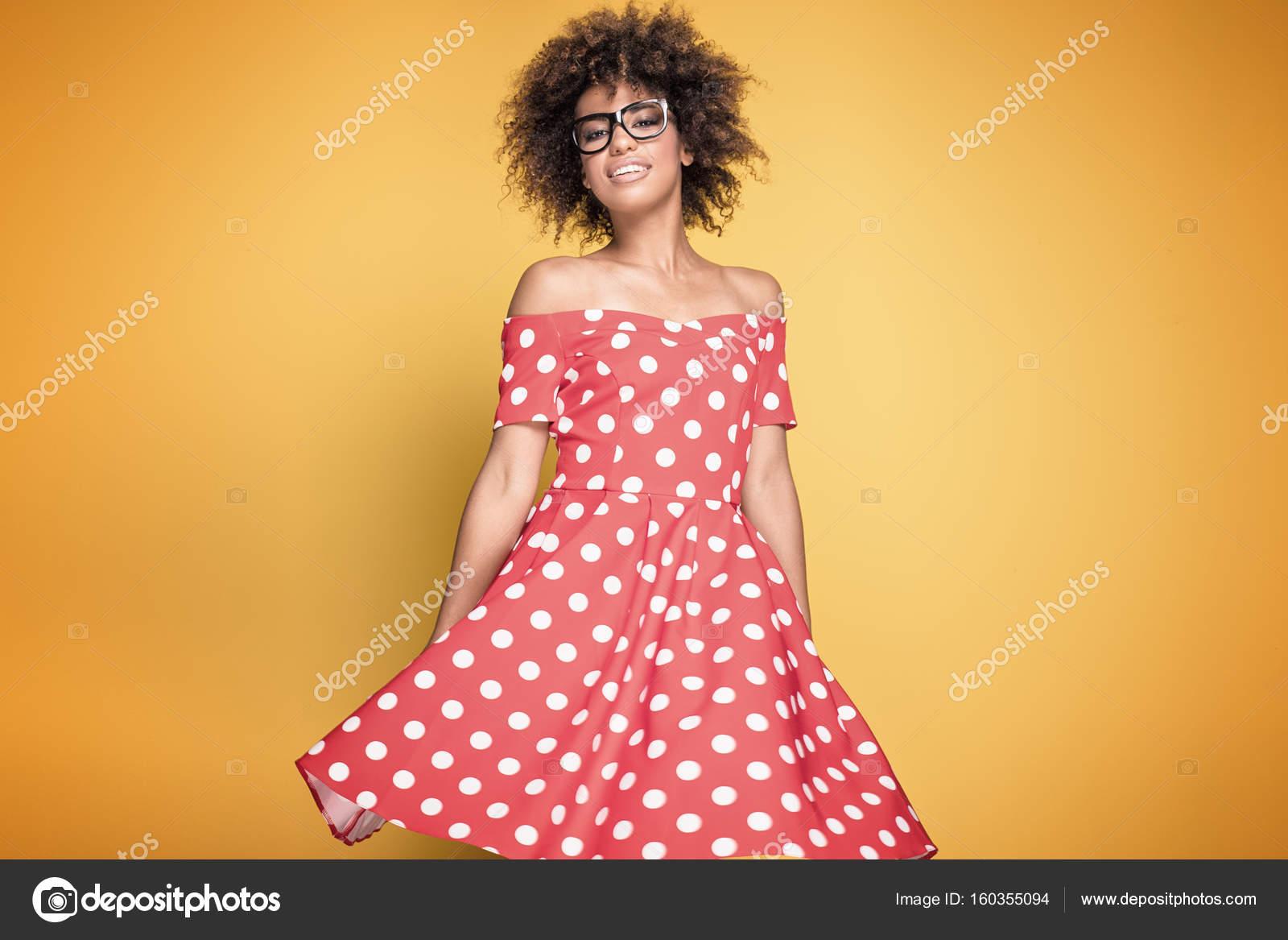 African American Chica En Vestido Rojo Foto De Stock