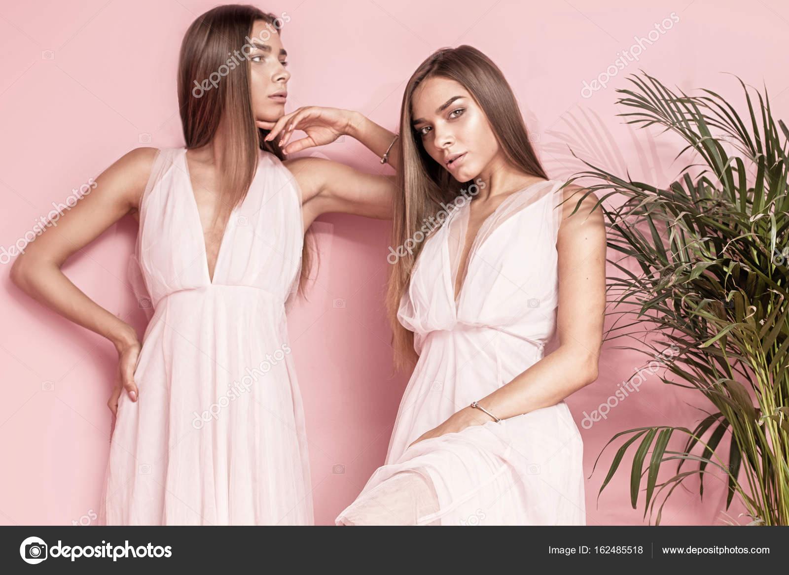 44f6d812f8a1 Δύο γυναικεία μοντέλα που ποζάρουν στα κομψά φορέματα — Φωτογραφία Αρχείου