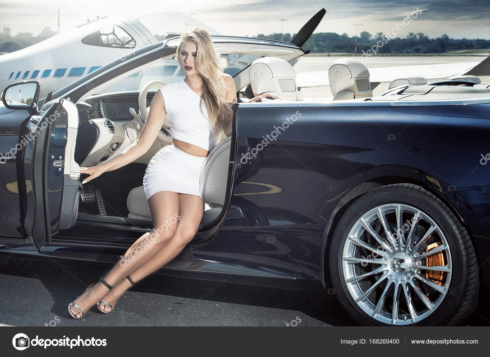 femme sexy avec voiture de luxe et avion photographie neonshot 168269400. Black Bedroom Furniture Sets. Home Design Ideas