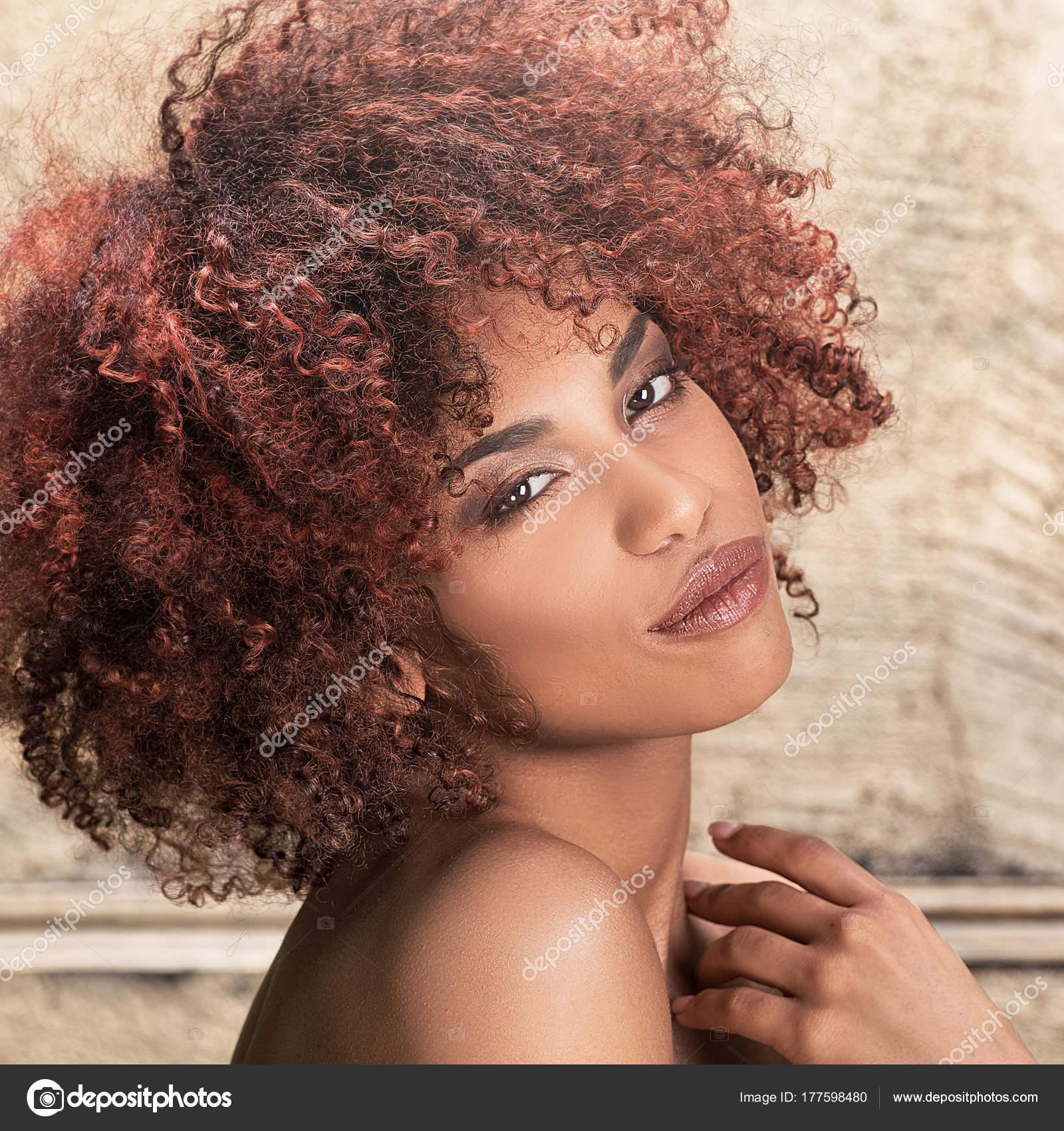 Fille Avec Coiffure Afro Posant Photographie Neonshot C 177598480