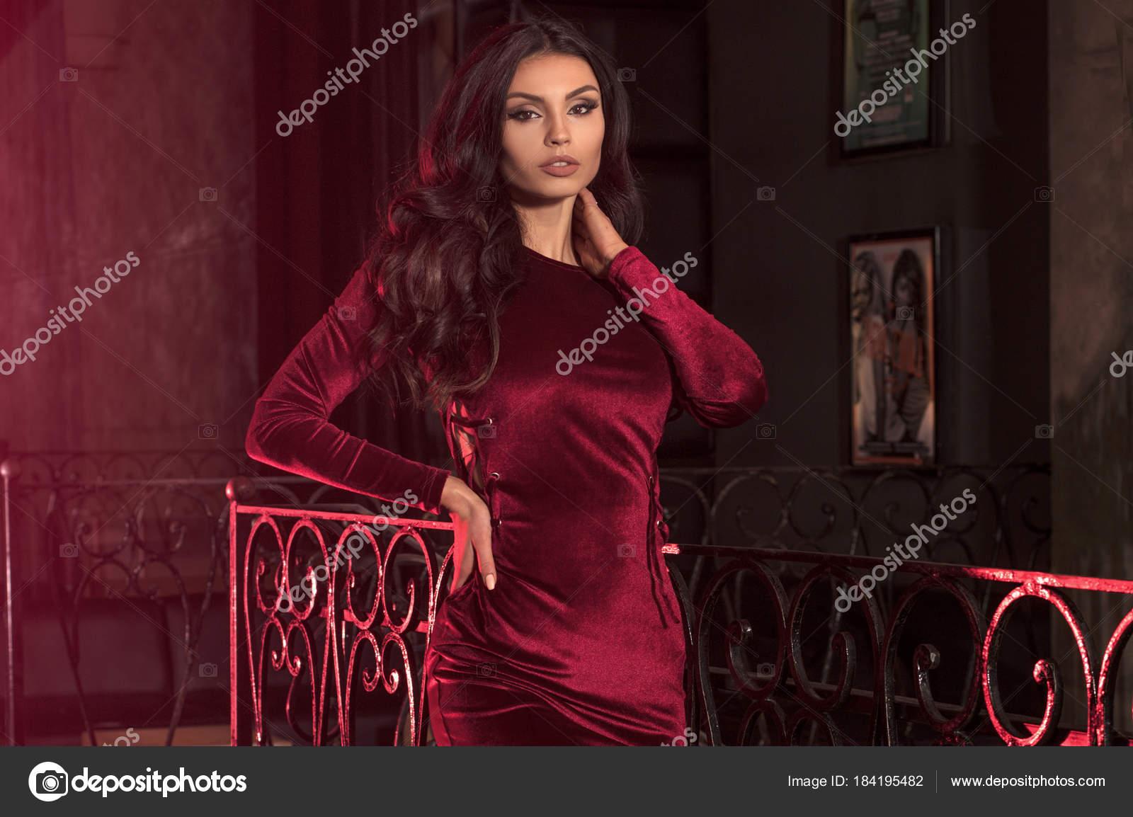 76177d7e36c4948 Элегантная дама в модные мини-платье — Стоковое фото © NeonShot ...
