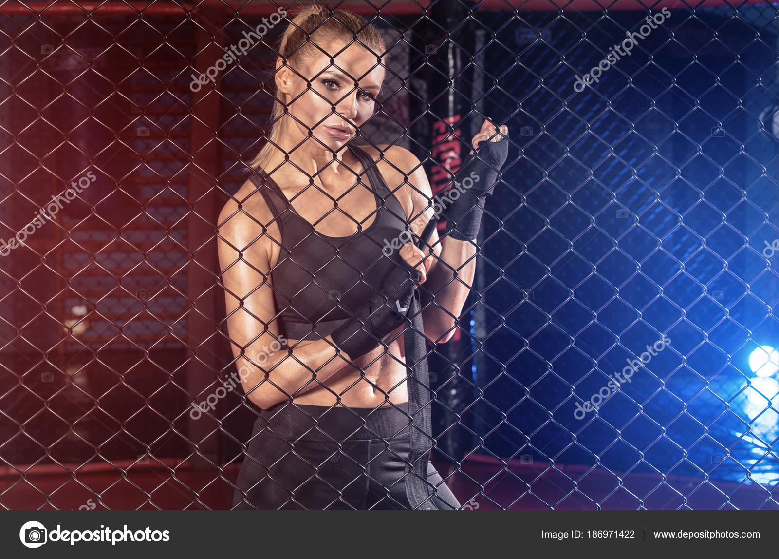 Boxeadora posando dentro de una jaula del boxeo — Foto de stock ...