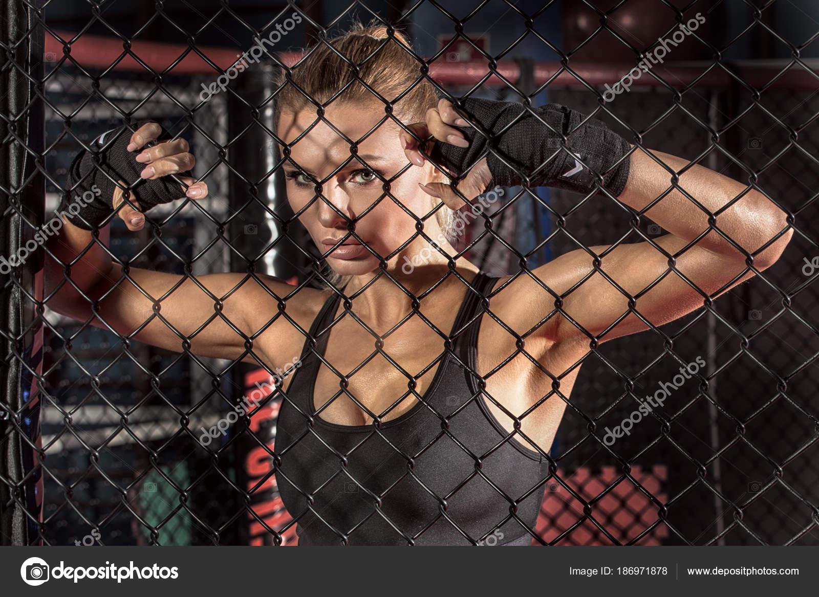 Boxeadora posando dentro de una jaula del boxeo — Fotos de Stock ...