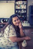 Asie tlustá žena v kavárně