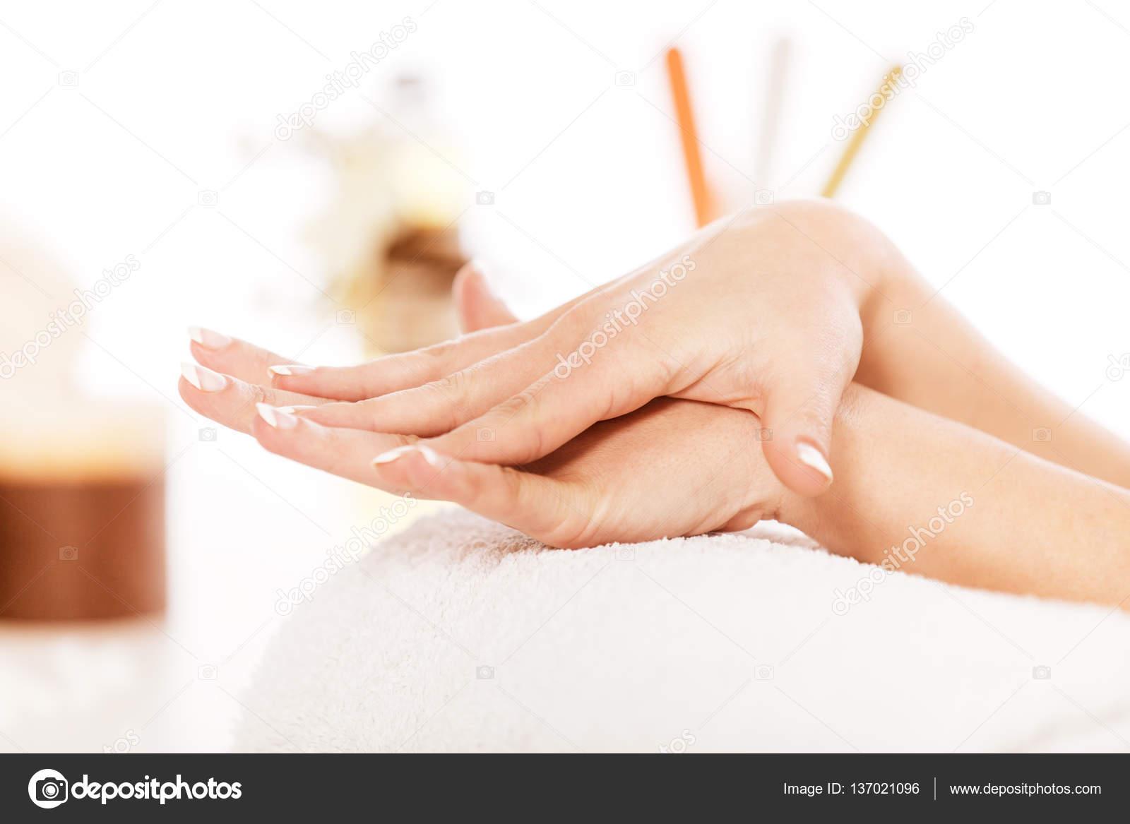 Disfrutando de mano y uñas tratamiento en Spa — Foto de stock © grki ...