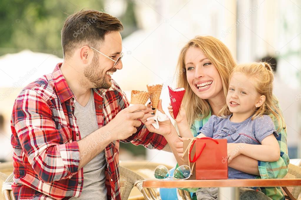 Familia feliz comiendo helado — Foto de stock © grki ...