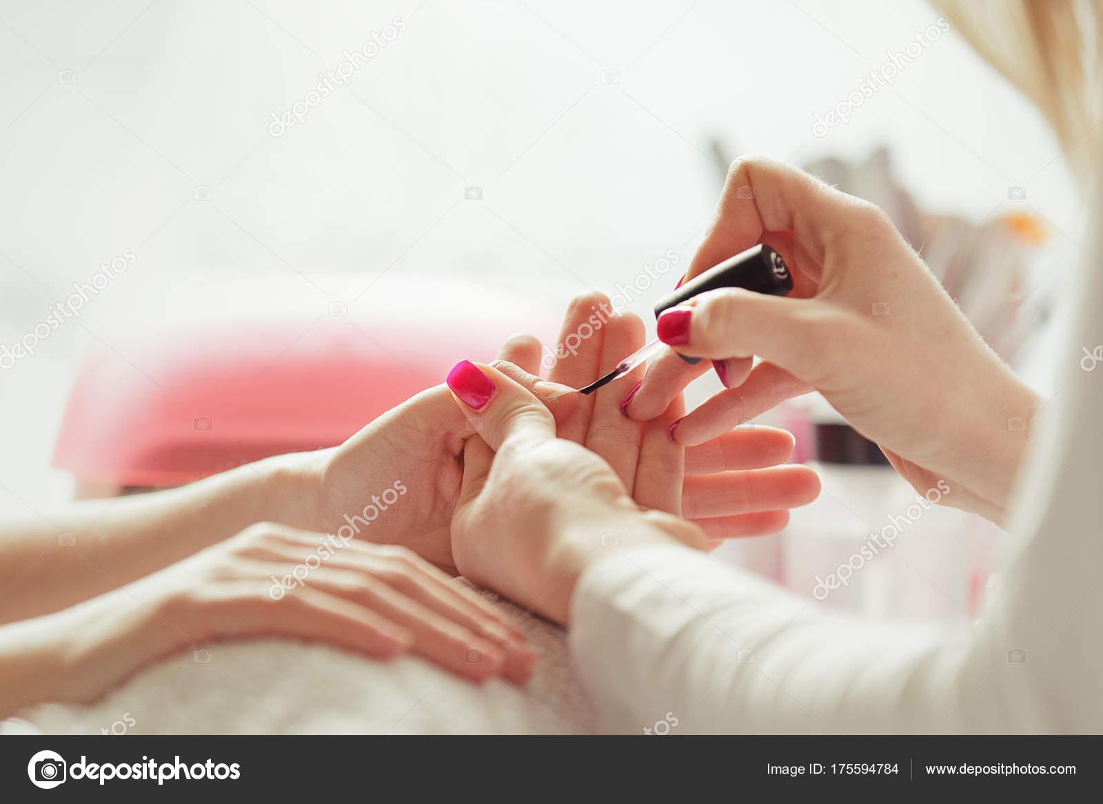 Nagel Polieren. Maniküre-Behandlung. Nahaufnahme — Stockfoto © grki ...