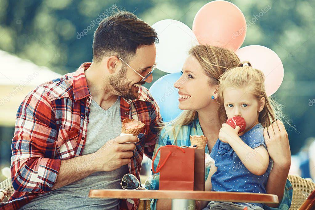 Familias comiendo helado | Familia feliz comiendo helado ...