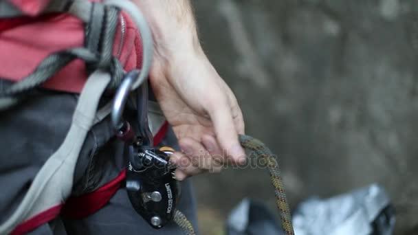 Klettergurt Aus Seil : Detail der kletterer klettergurt klettern. mann mit gesperrten