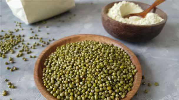 Mungbohnen Getreide und Mehl in Schüsseln aus nächster Nähe